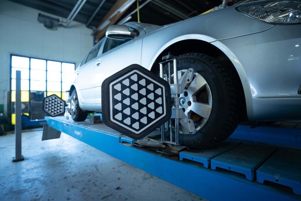 Auton renkaiden suuntaus parantaa ajettavuutta